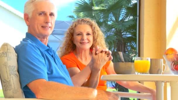 spokojený důchodce pár těší zdravou snídani venkovní životní styl