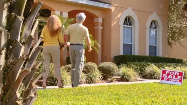 atraktivní starší pár plánování jejich důchodu nemovitostí pohybovat