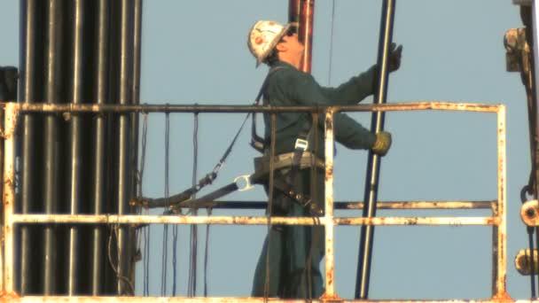 lavoratori manuali su piattaforma petrolifera