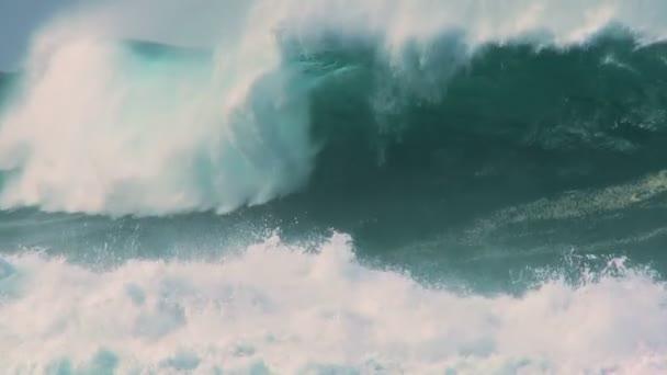 Összetörő hullámok sziklákon