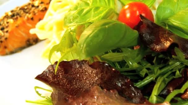 vegetariánské těstoviny losos