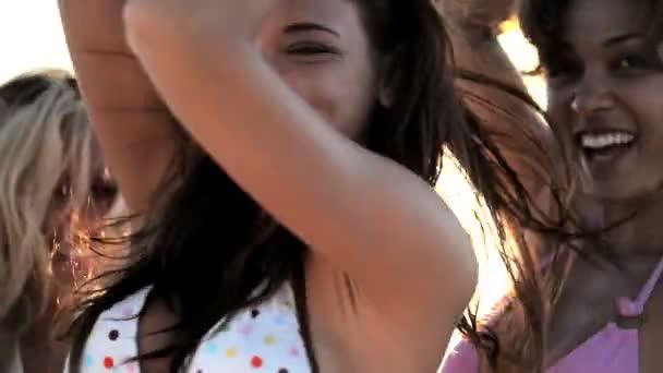 zábava holky na pláži
