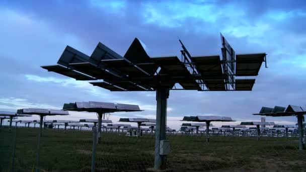 Time-Lapse mraky  pohybující solárních panelů