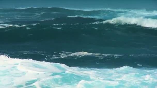 obří prolomit vlny oceánu