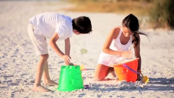 játszó gyermekek a homokban