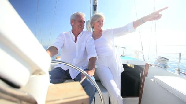 zralý pár na luxusní jachtě
