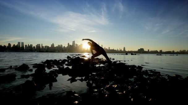 město jógy při východu slunce