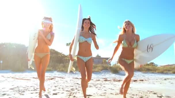 dívka surfování kamarádi