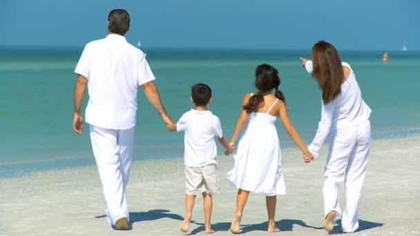 šťastná rodina na pláži