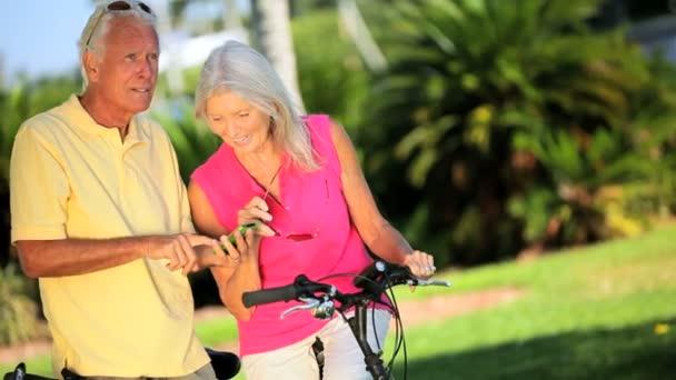 starší pár, kteří požívají starobní