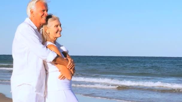 συνταξιούχο ζευγάρι βλέποντας το νερό