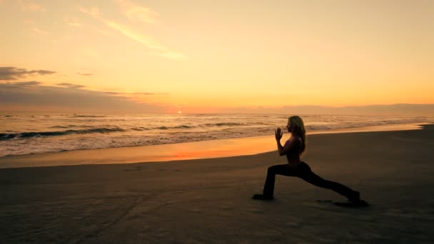 Yoga-Mädchen bei Sonnenaufgang