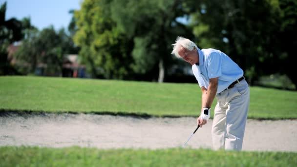starší pán hrát golf