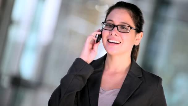 mladá podnikatelka pomocí mobilního telefonu