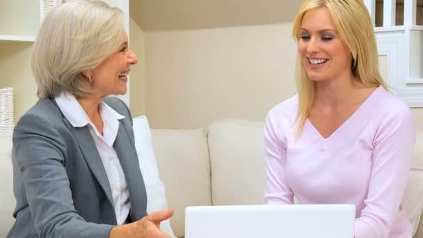 Handshake mezi finančním poradcem  ženy klienta