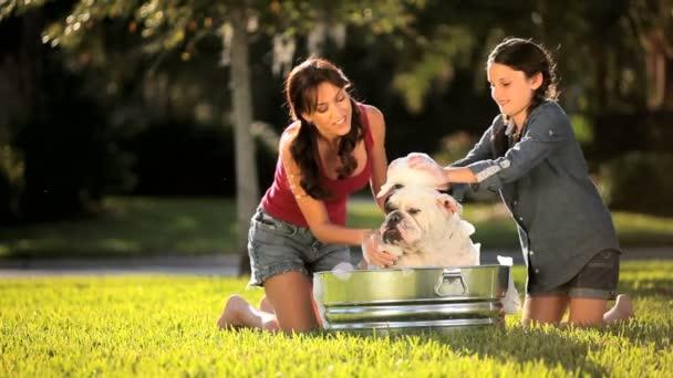 Maminka  dcera koupání rodiny Bulldog