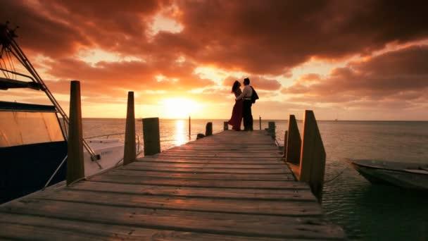 romantický pár v západu slunce ráji