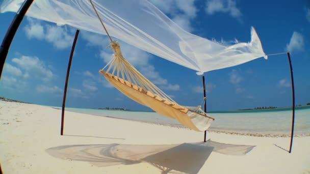 kymácející houpací síť přes pláž paradise