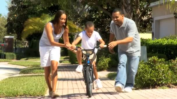 Enseñar A Los Chicos A Andar En Bici: Padres Enseñando A Hijo A Andar En Bicicleta