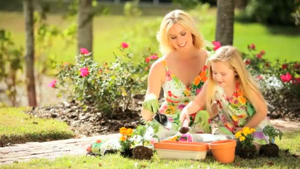 Blonde Mutter  Tochter zusammen Gärtnern