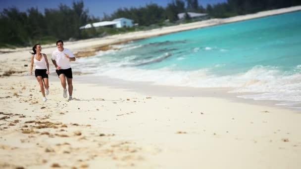 zdravý mladý pár zaběhat na pláži