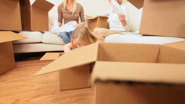 tři generace žen rodiny rozbalení krabice