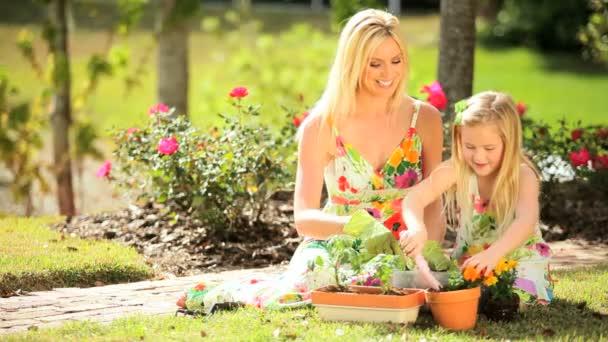 Blondine Mutter  Tochter Gartenbau
