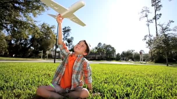 mladí chlapci létání sny s domácí kluzák