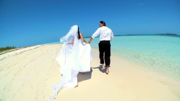 Mezítláb strand esküvői pár