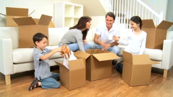mladá rodina rozbalení v novém domově