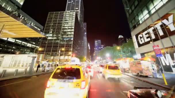 p.o.v odstupem času jízdy v noci midtown manhattan, ny, usa