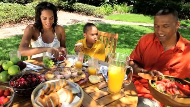 mladí etnické rodiny zdravý oběd