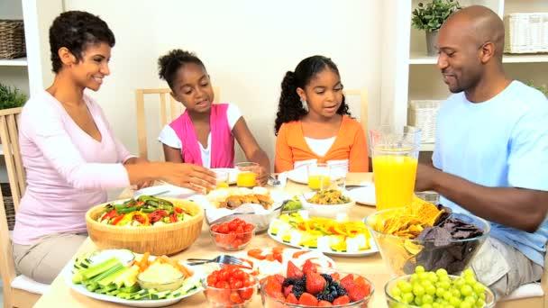 mladí etnických rodina zdravý oběd