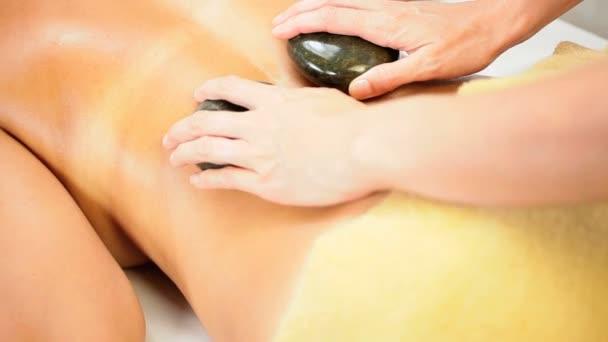 krásná dívka s terapie masáž lávovými kameny