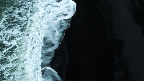 A légi felvétel a összetörő hullámok a vulkáni hamu Beach, Izland