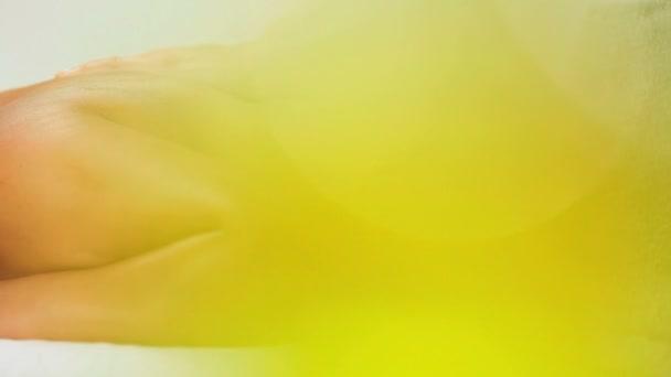 giovane ragazza bruna godendo il massaggio della parte superiore del corpo