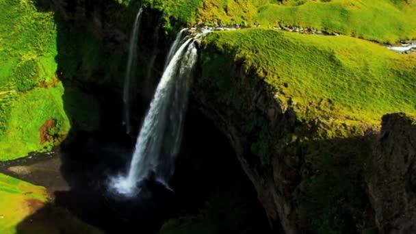 Letecký pohled na rozeklané hřebeny  meltwater vodopády, Island