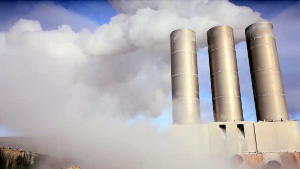 vapore dalle ciminiere della centrale elettrica geotermica
