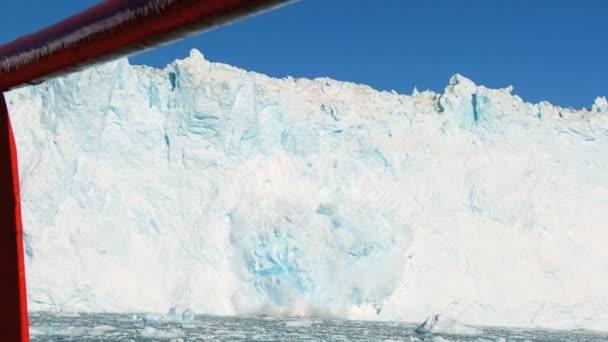 Lawine von gefrorenen Eis vom Gletscher Kalben