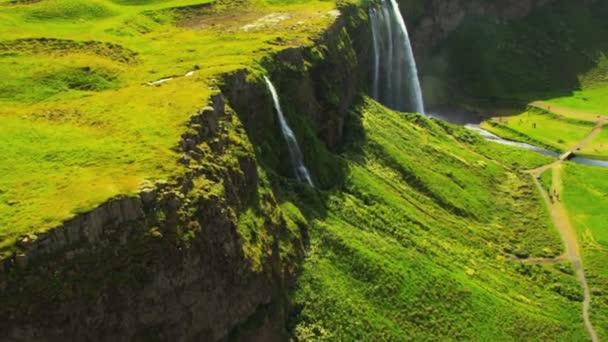 Letecký pohled na ledové meltwater tvoří vodopád, Island