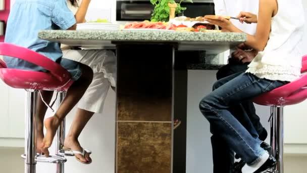 mladá Asiatka pomáhá připravit zdravý oběd