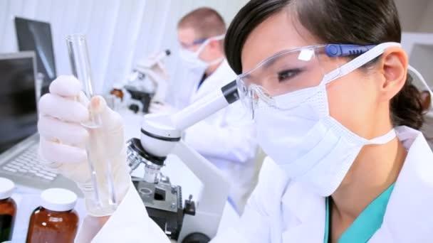 Mladí více etnických lékařského výzkumu lékaři