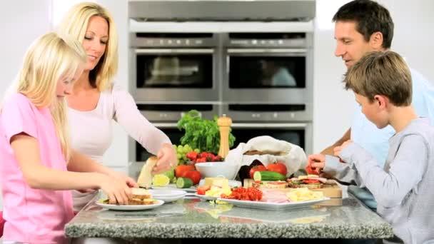 mladý bělošský děti pomáhají připravit zdravý oběd