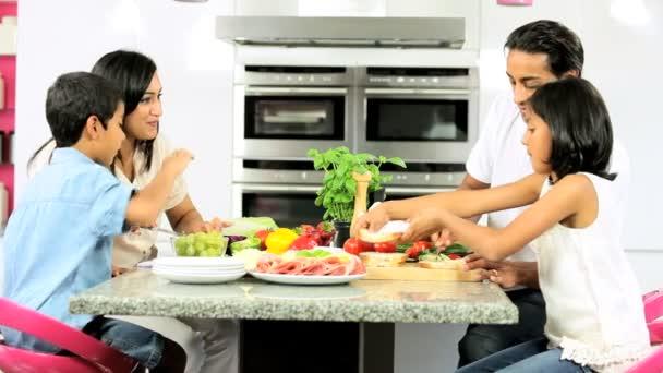 mladá asijská rodina dělat zdravý oběd spolu