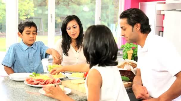 giovane famiglia asiatica fare pranzo sano insieme