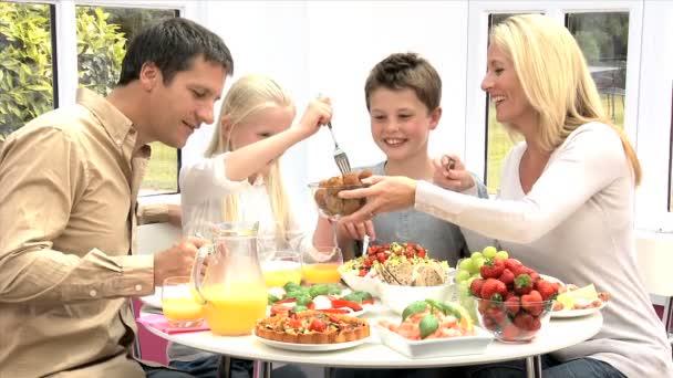 Fiatal család eszik egészséges étkezés
