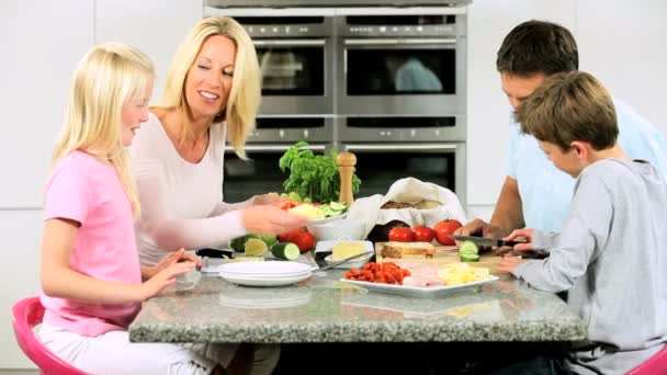 famiglia caucasica preparando insieme il pasto sano
