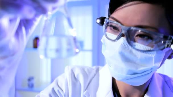 Labor-Techniker überprüfen Forschungsergebnisse