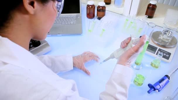 laboratorní asistent pomocí mikroskopu