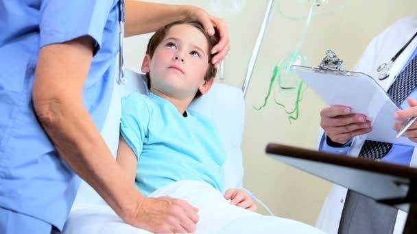 Kavkazská mladík s hospitalizací